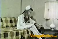 Krankenschwester verwöhnst sich auf der Couch