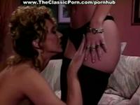 Zwei heiße Lesben verwöhnen sich im Retro Porno