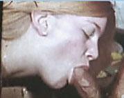 Junges Mädchen bläst zum ersten Mal einen Schwanz