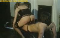 Blonde Schlampe fickt ihren Freund im Wohnzimmer