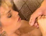 Hausfrau mit dicken Titten wird gefickt