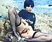 Italienische Schlampe masturbiert am Strand