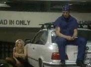 Frau fickt in der Tiefgarage