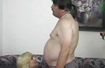 Fetter Mann von einer Blondine verwöhnt
