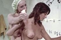 Nackte Mädchen beim Duschen gefilmt