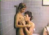 Versautes Pärchen triebt es im Retro Porno unter der Dusche