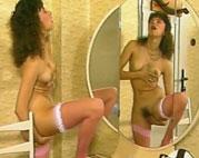 Behaarte Fotze masturbiert vor dem Spiegel