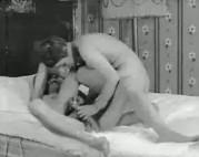 Hausfrau auf dem Bett gefickt