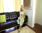 Blonde Hausfrau strippt vor der Kamera