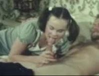 Schlampe mit Zöpfen in den Mund gefickt