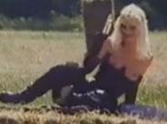 Geile Weiber masturbieren mit Dildo im Freien