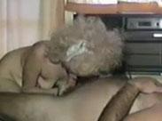 Extrem fette Oma bläst ihrem Mann den Schwanz