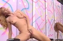 Sexy Tänzerinnen haben Analsex auf der Bühne