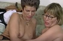 Alte Lesben ficken sich mit dicken Dildos